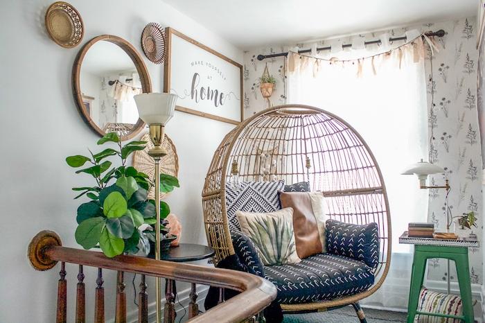 fauteuil oeuf tressé à plusieurs coussins deco style jungle avec plantes mobilier vintage idée coin lecture sur palier d escalier