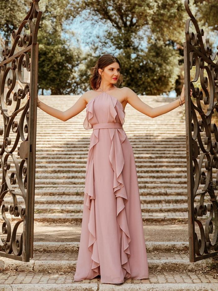 femme élégante idée tenue pour femme invitée mariage style champêtre robe de cocktail pour mariage chic couleur rose pâle volants