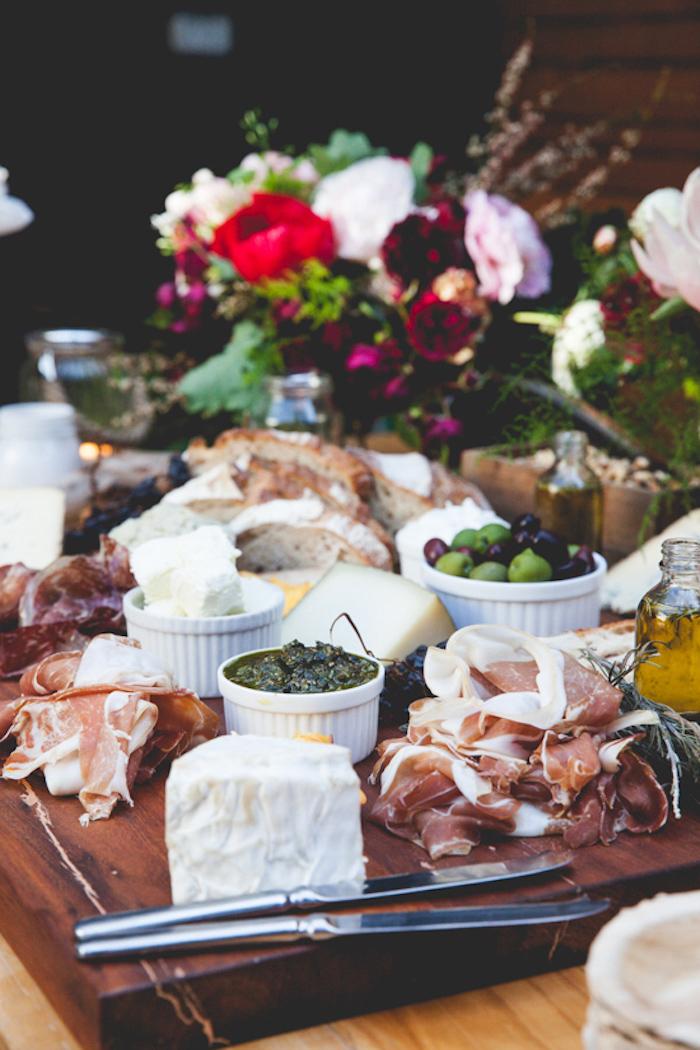 fromages olives dips prosciutto et autre charcuterie italienne et fromages idée repas convivial entre amis