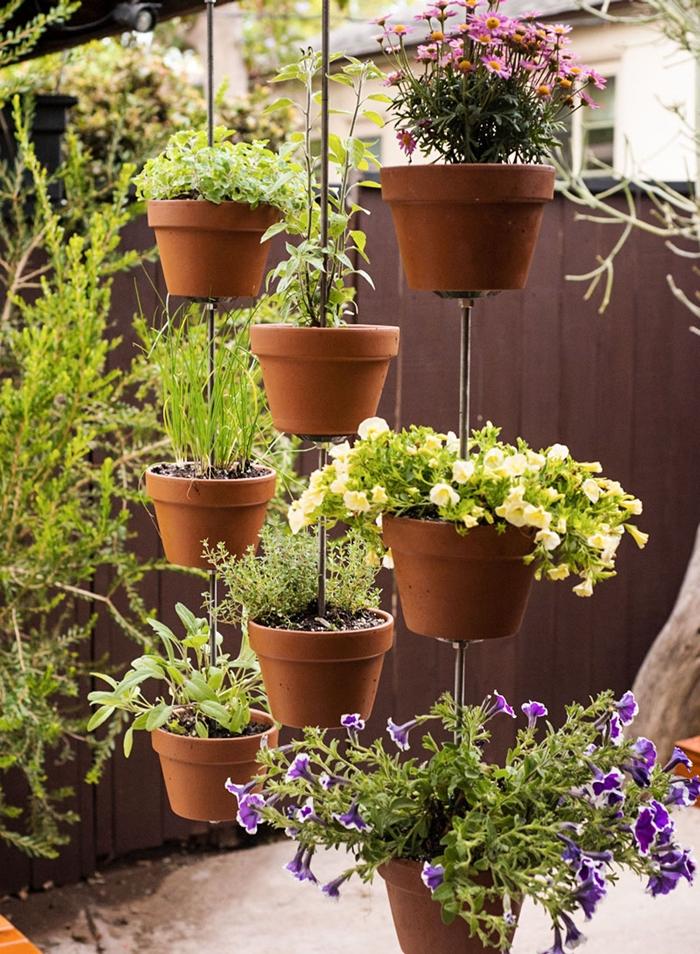 idée comment faire un brise vue jardin avec plantes suspendues pots de fleurs terre cuite en rideau végétal séparation intimité jardin