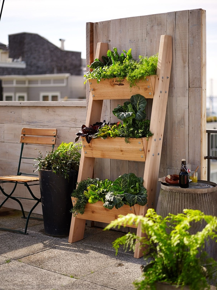 idée décoration terrasse en bois chaise bois et métal pot de fleur haut noir échelle décorative fait maison avec planches de bois jardinière