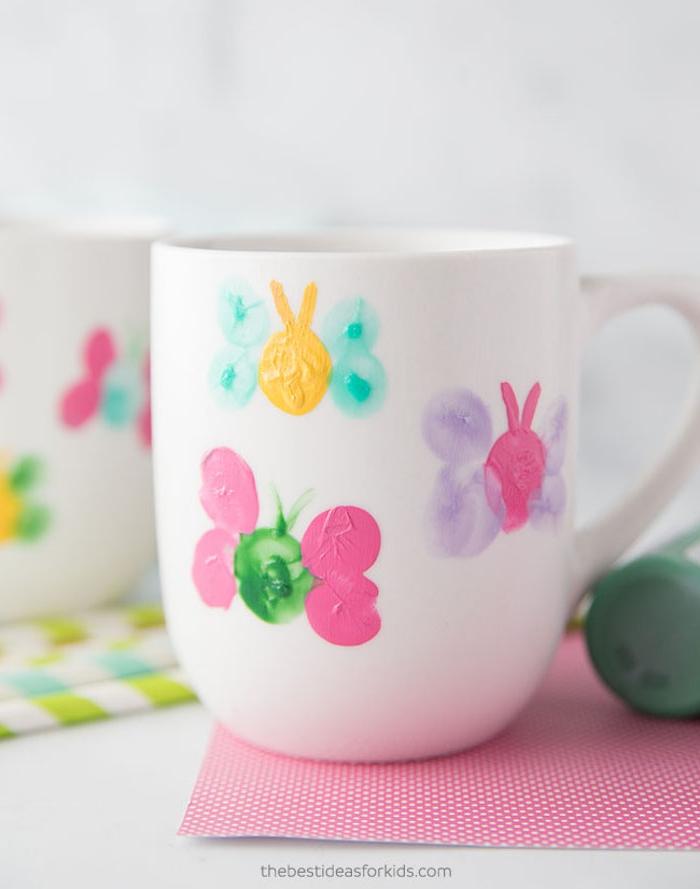 idée cadeau fete des meres maternelle peinture pour bébé papillons colorés en empreintes de doigts