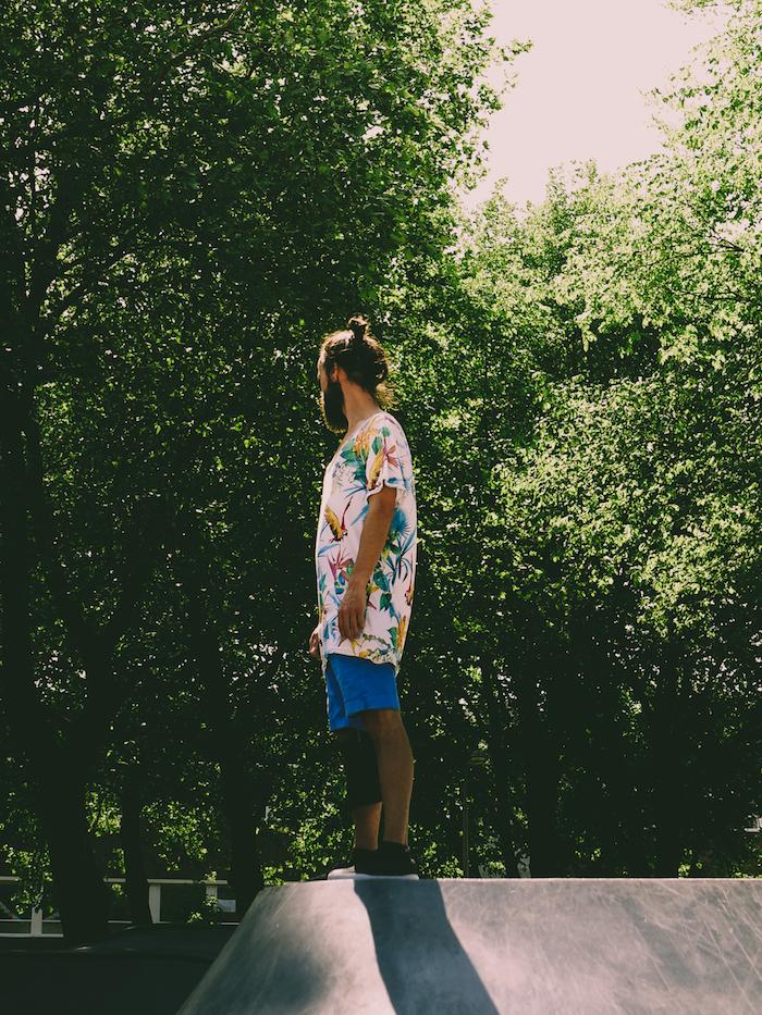 idée comment porter le tee shirt homme tropical couleur rose claire à imprimé exotique et des shorts couleur bleue
