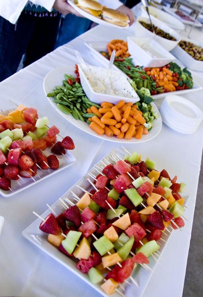 idée de buffet sucré salé de mariage brochette apero de fruits et dip au fromage avec crudités table mariage avec repas mariage original