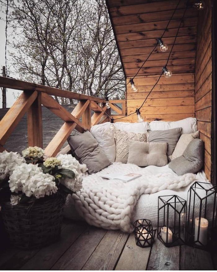 idée de fauteuil coussin au sol et coussins cocooning gris panier de fleurs et lanternes à bougies amenagement balcon cooning avec coin lecture
