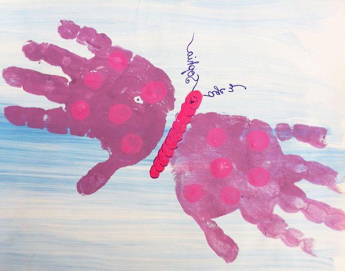 idée de papillon en empreintes de main de peinture rose activité peinture maternelle simple a realiser