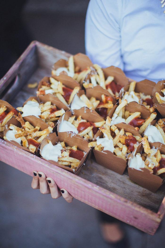 idée frites ketchu mayonnaise idée repas convivial entre amis dans boite de carton buffet froid mariage simple