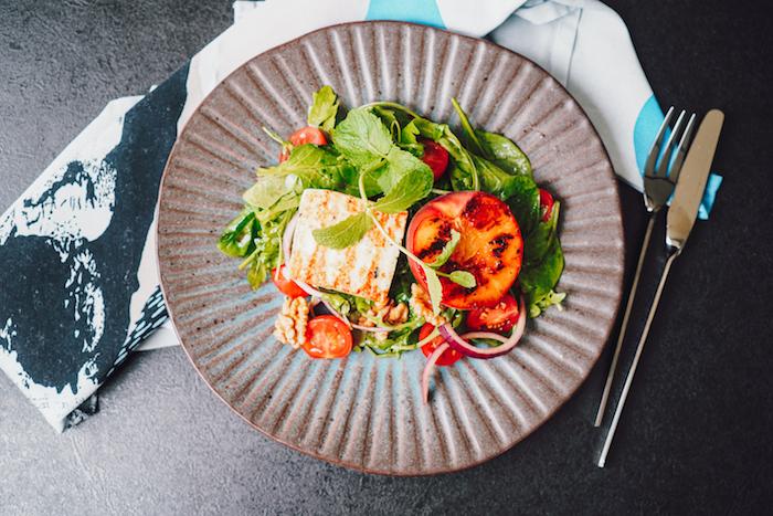 idée pour faire salade verte composée auxépinards roquette halloumi et pêche grillée noix et tomates cerises