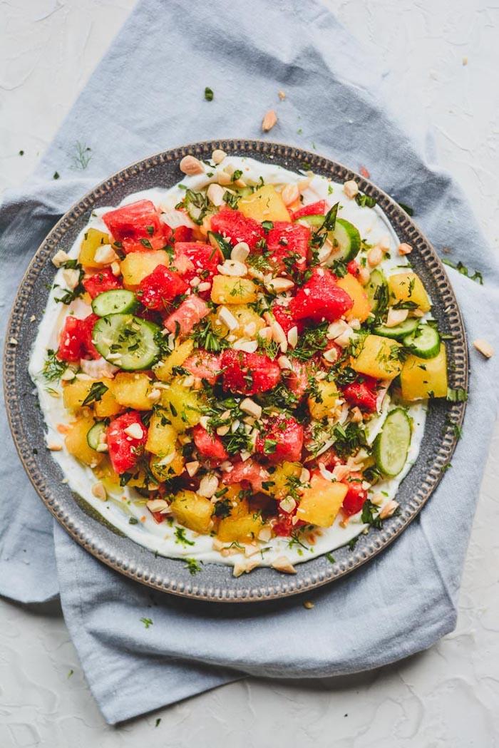 idée pour faire une salade froide de pasteque concombres amandes sur canapé de yaourt salade fraicheur ete originale