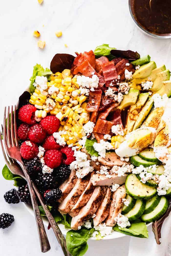 idée que mettre dans une salade pour composer un repas équilibré pour le soir salade concombres poulet oeufs mais miettes de feta mais et fruits rouges