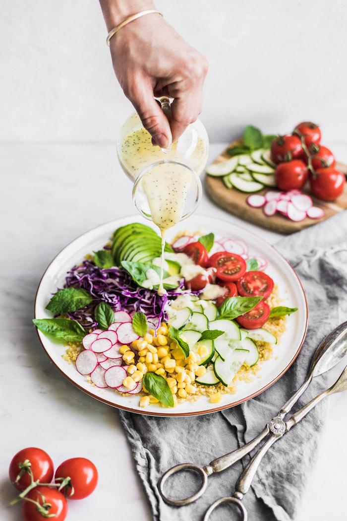 idée repas équilibré pour le soir salade quinoa aux tomates concombres avocat et chou rouge avec radis et dressing