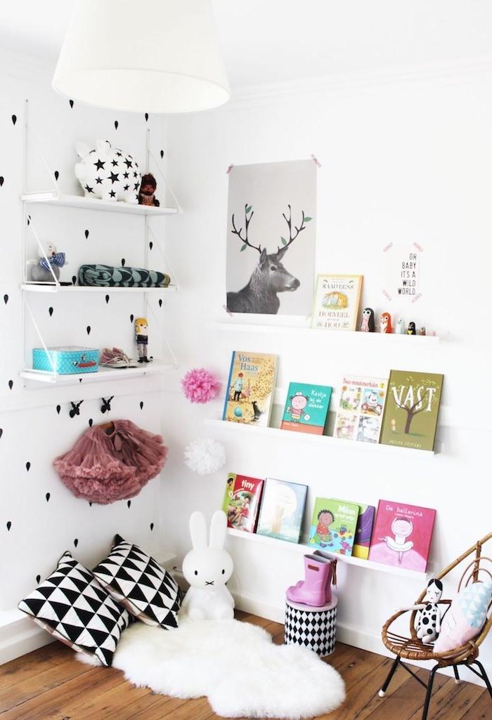 idee bibliotheque enfant0en étagères blanches tapis blanc coussins noir et blanc mini chaise trssée parquet bois clair