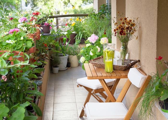 idee brise vue vegetal décoration petit balcon avec fleurs pots de fleurs terre cuite meubles bois table café chaise pliante