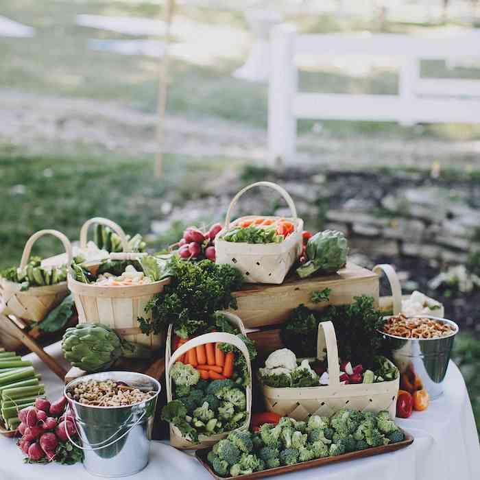 idee de buffet campagnard pour mariage avec des legumes frais crudités et des noix bretzels exemple originale repas mariage