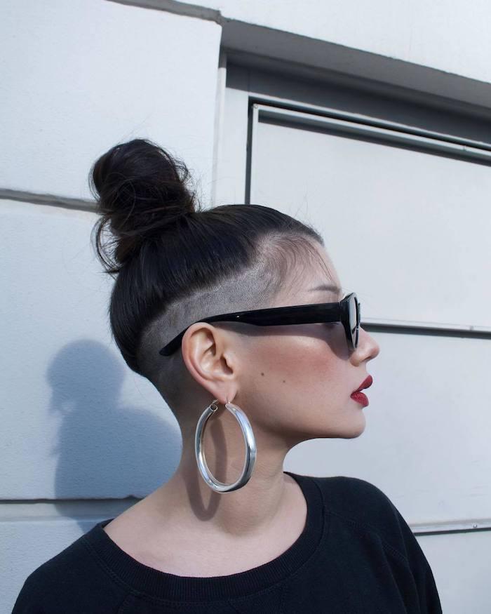 idee de coiffure chignon haut d été avec des côtés rasés coupe undercut pour femme tendance
