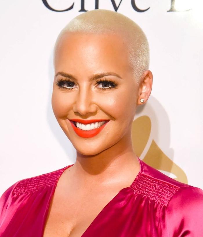 idee de coupe tres courte femme avec robe rouge cheveux blond rasé de près maquillage glamour femme tendance coiffure été