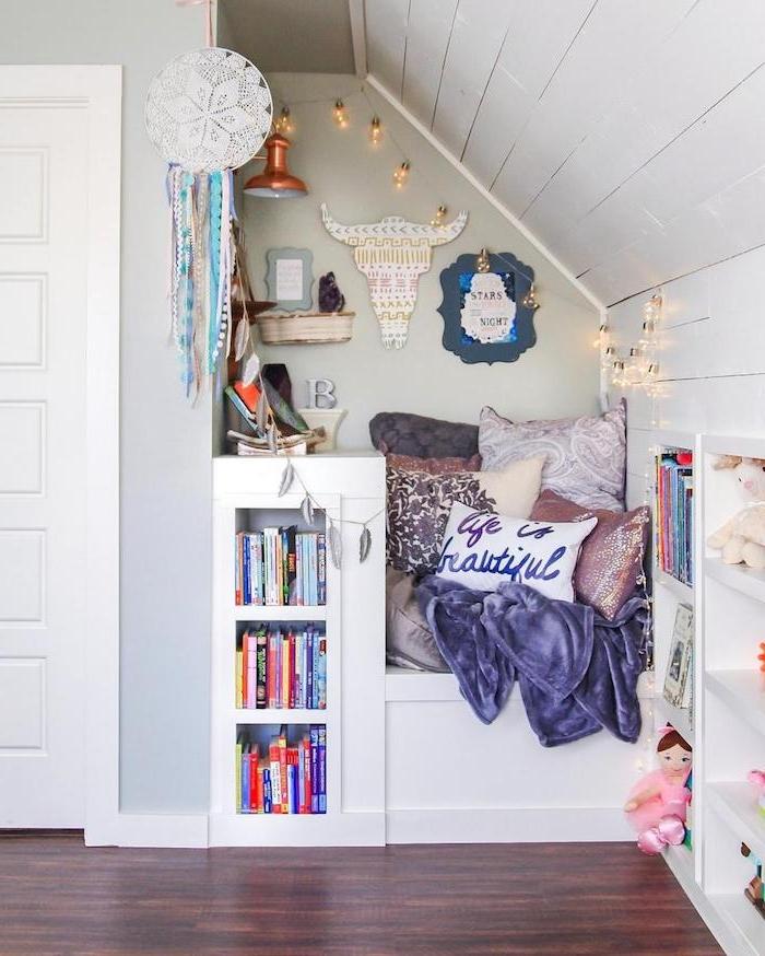 idee deco chambre enfant sous pente avec min0coin lecture dans combles perdus avec coussins et étagères pour livres deco boheme chic