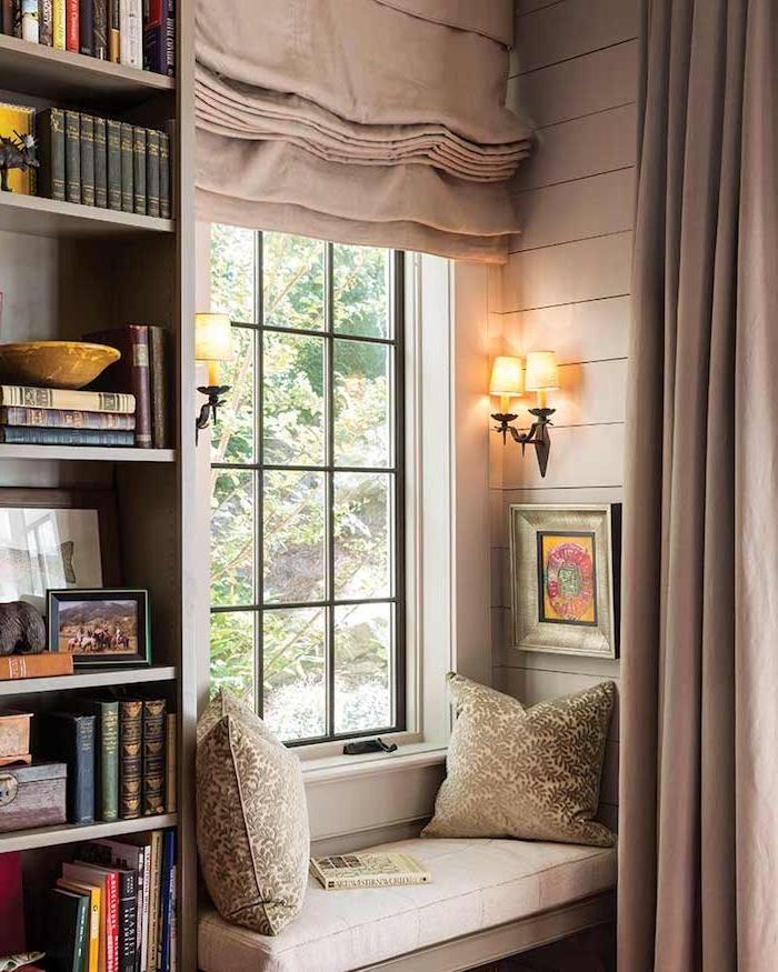 idee deco salon chaleureux avec niche murale coté fenetre coin de lecture rideau gris bibliohteque à voté