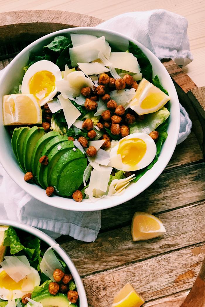 idee salade carprese à la laitue avec des pois chiche grillés tranches d avocat parmesan oeufs repas minceur du soir