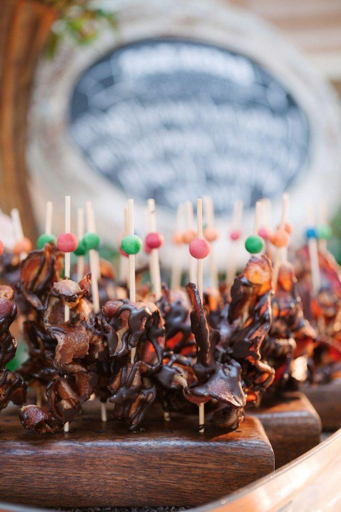 idees de brochettes aperitives au bacon et chocolat idée buffet anniversaire ou mariage nourriture sur plateau en bois