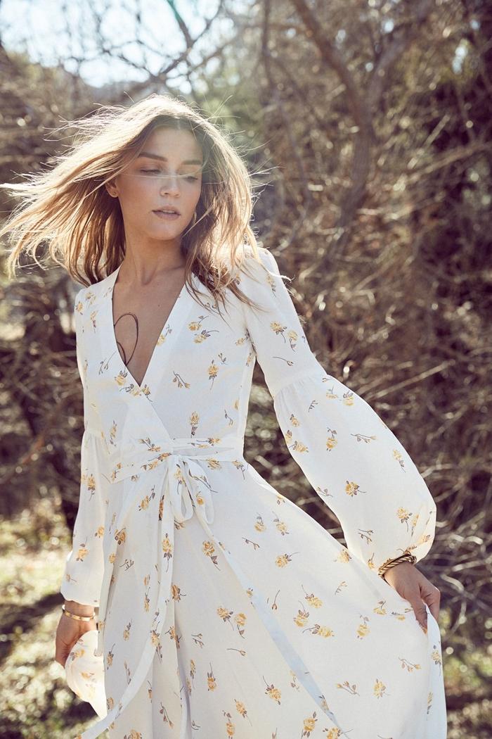 imprimés tendance robe d été longue blanche décolleté en v ceinturée manches bouffantes longues robe fluide bracelet or