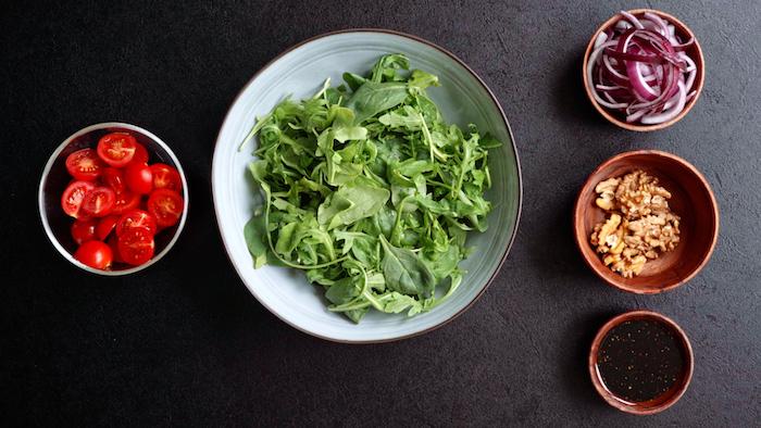 ingrédients pour faire une salade maison simple de roquette épinards tomates cerises noix oignons rouges et vinaigrette simple