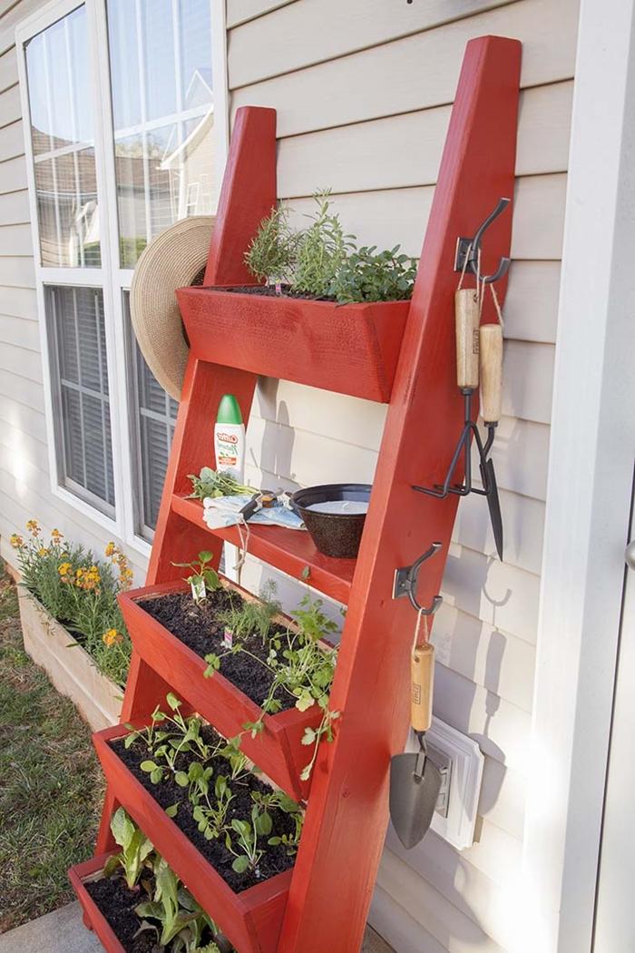 jardin vertical peinture rouge échelle décorative rangement astuce crochets outils jardin jardinière herbes maison façade extérieur