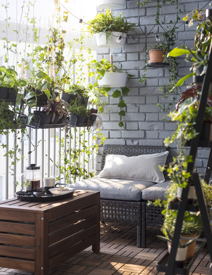 jardinière brise vue suspendues décoration petit balcon façade mur briques guirlande luminese terrasse appartement design végétation
