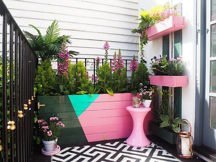 jardinière rectangulaire design extérieur décoration balcon tapis blanc et noir plantes fleuries table ronde rose jardinière géant peinture rose