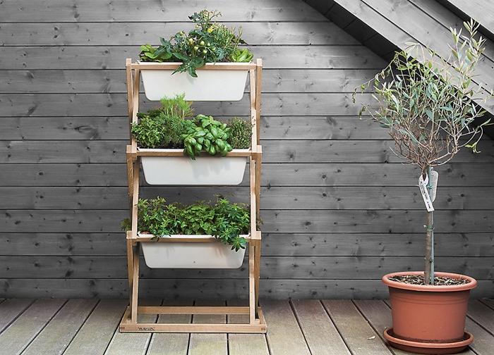 jardiniere balcon mur planches bois gris aménagement terrasse bois style moderne grand pot fleur terre cuit support bois jardinière blanche
