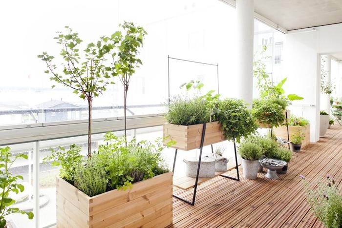jardiniere haute décoration terrasse bois style moderne plantes vertes herbes pot fleur béton jardinière en planches de bois pied métal