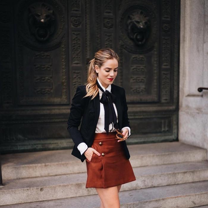 jupe courte marron vêtements tenue automne femme stylée bon chic bon genre mode cravate noire chemise blanche blazer noir femme