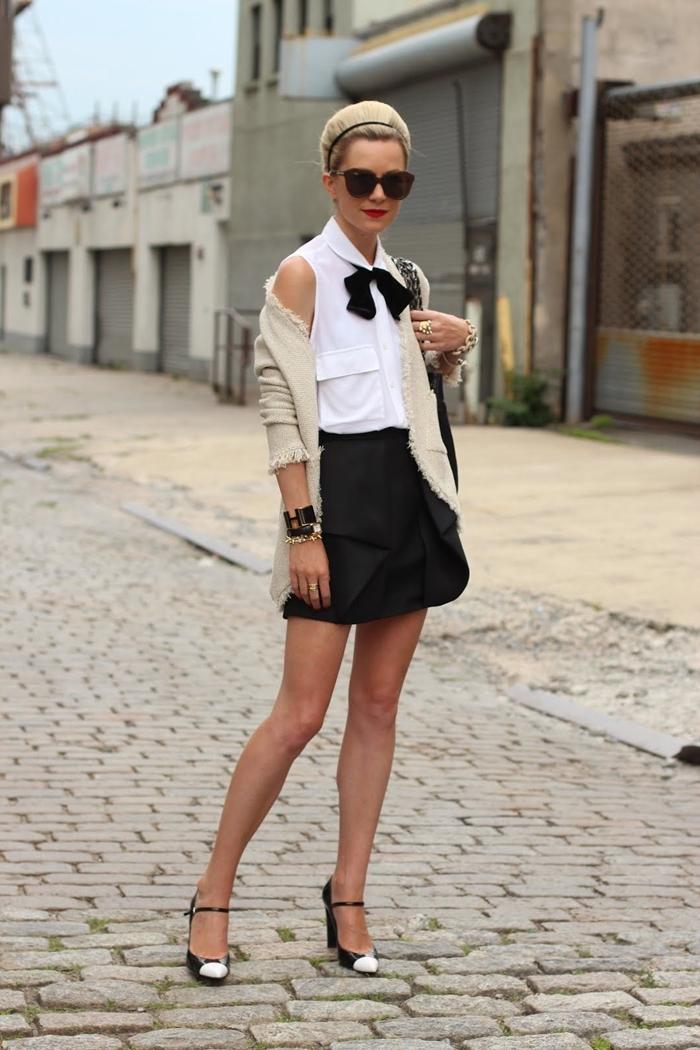 jupe courte noire chaussures à talons noir et blanc top blanc sans manches col gilet beige look chic femme accessoires lunettes soleil