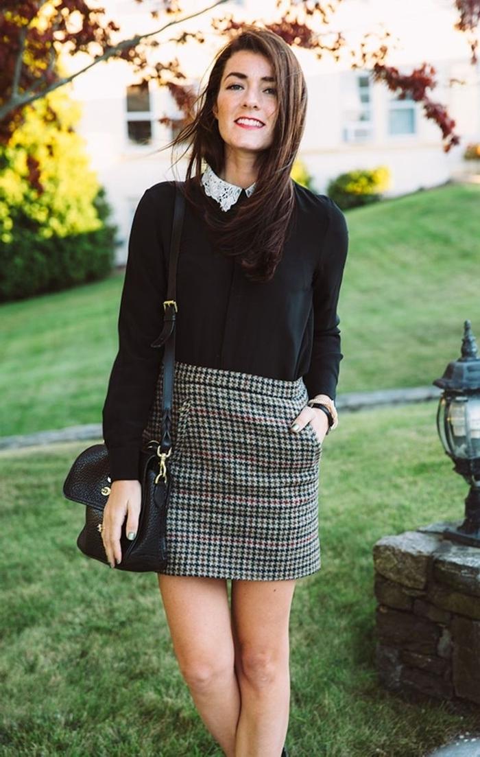 jupe courte taille haute imprimés plaid style chic femme vêtement blouse noire col dentelle blanche sac à main cuir noir