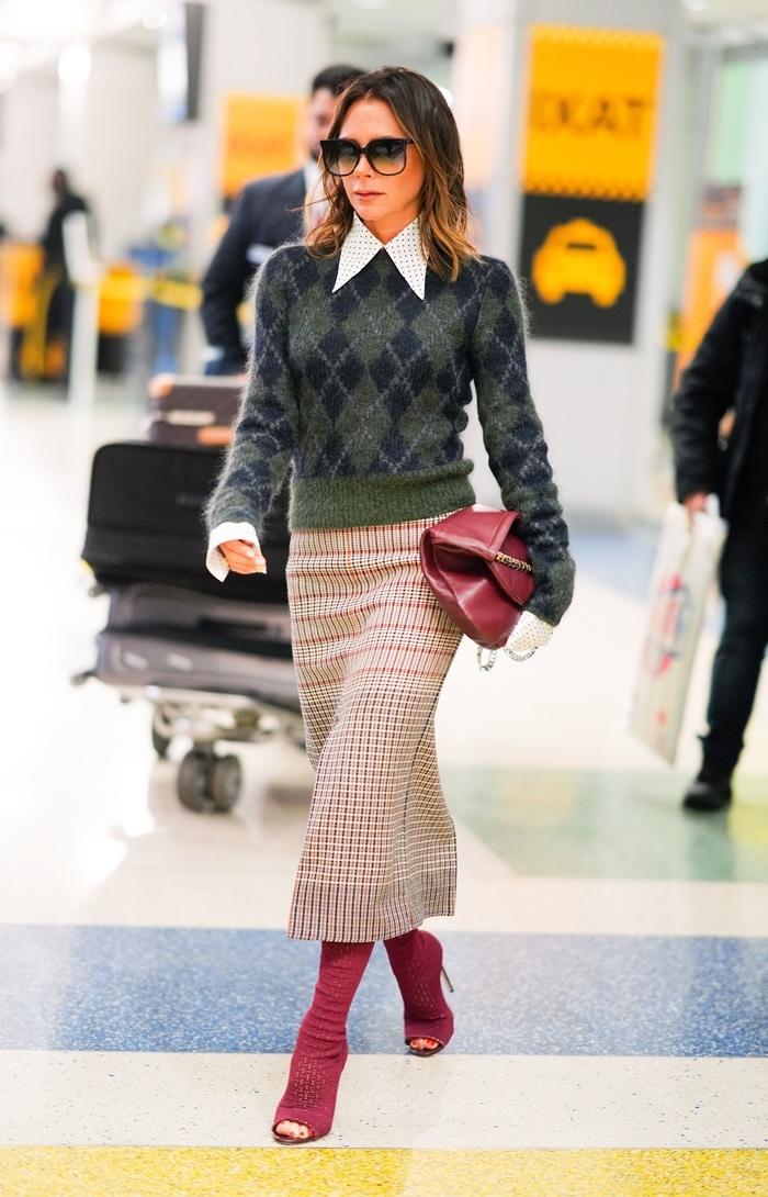 jupe longue beige motifs rayures chaussures ouvertes rouge talons style bcbg mode femme blouse gris et bleu marine col blanc