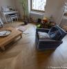les vertus d un parquet en bois massif idée aménagement salon avec parquet bois clair fauteuil bleu table basse bois autre mobilier vintage