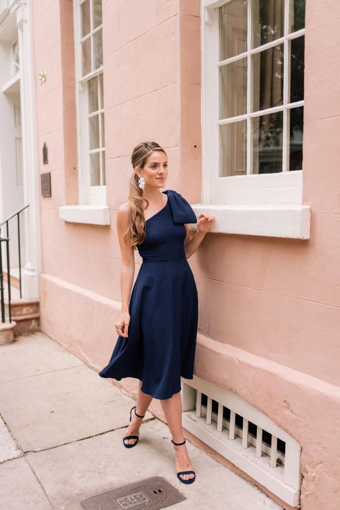 look élégante tenue mariage femme stylée comment bien s habiller pour une cérémonie officielle robe classe longuer genoux robe bleu foncé