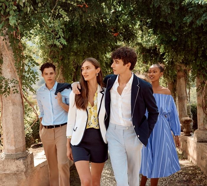 look bcbg tendance mode vêtements femme stylée élégante shorts noirs taille haute chemise jaune blazer blanc robe col bateau bleue