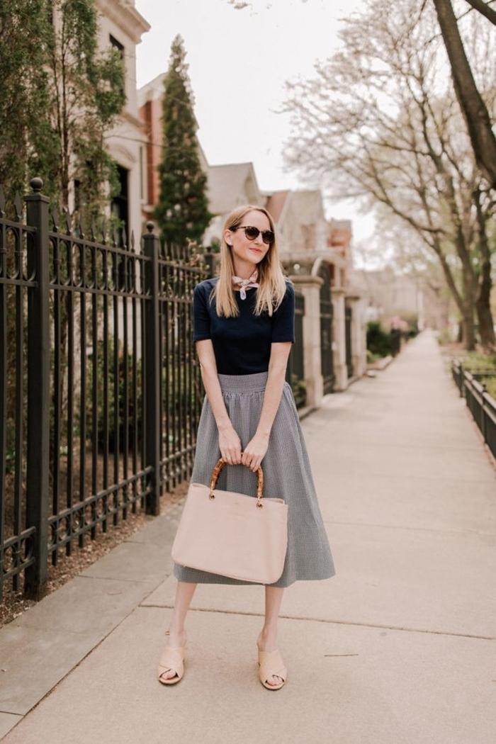 look chic femme jupe midi gris clair taille haute sac à main beige poignée bois chaussures plates beige écharpe blanche lunettes soleil