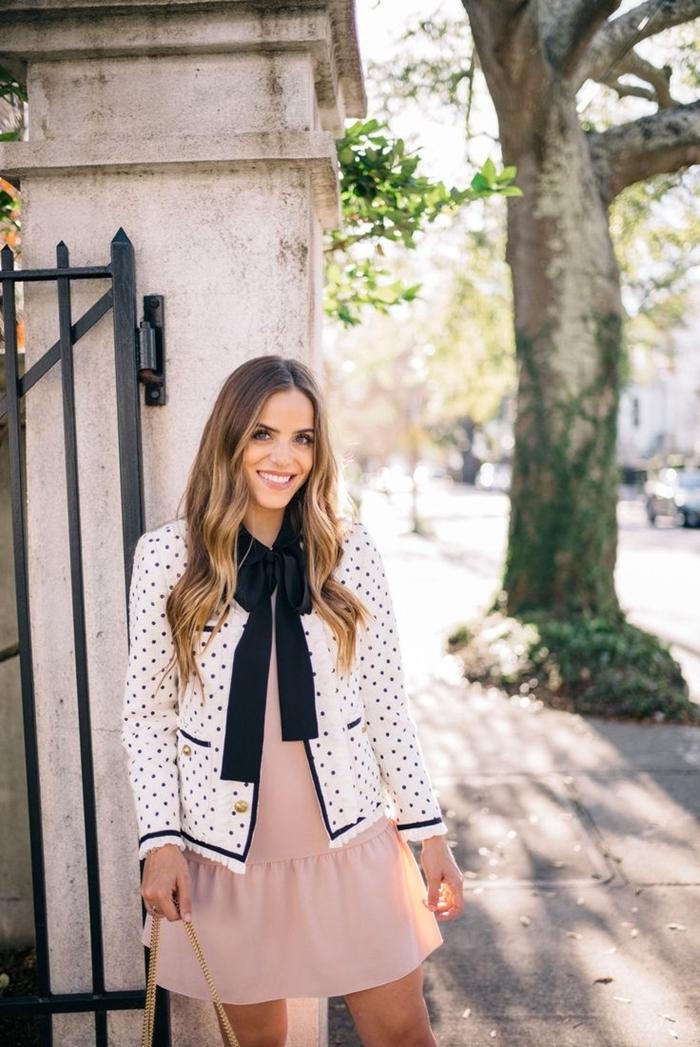 look classe femme robe rose pastel courte blazer blanc pois noirs sac à main dorée style vestimentaire femme vêtements tenue élégante