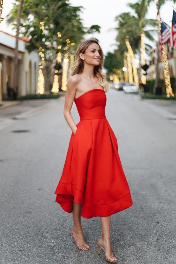 look femme élégante sandales à talons nude vêtements invitée mariage officiel cérémonie robe longue rouge stylée tenue habillée pour mariage