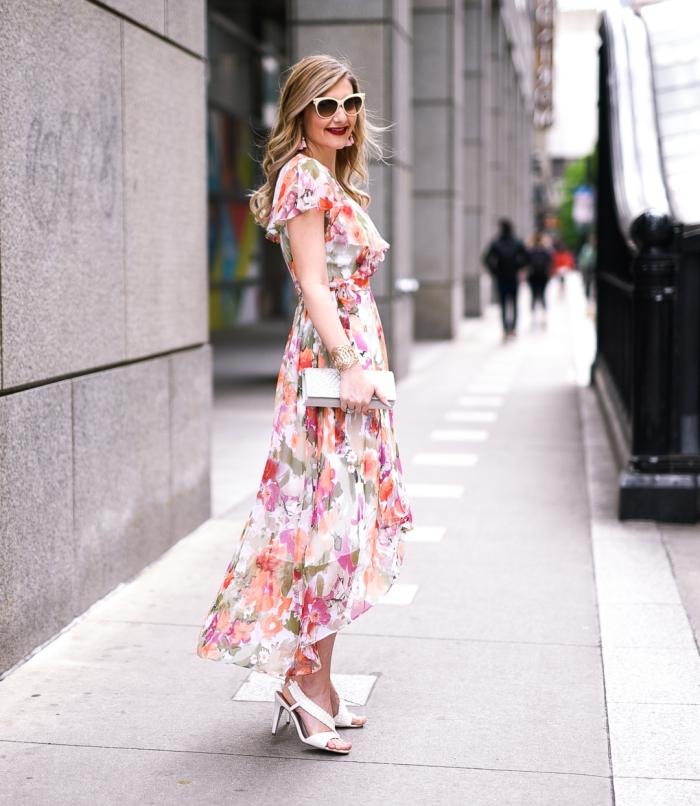 lunettes de soleil monture blanche sandales à talons blanches robe ceremonie femme 50 ans coupe asymétrique longue volants design fleuris