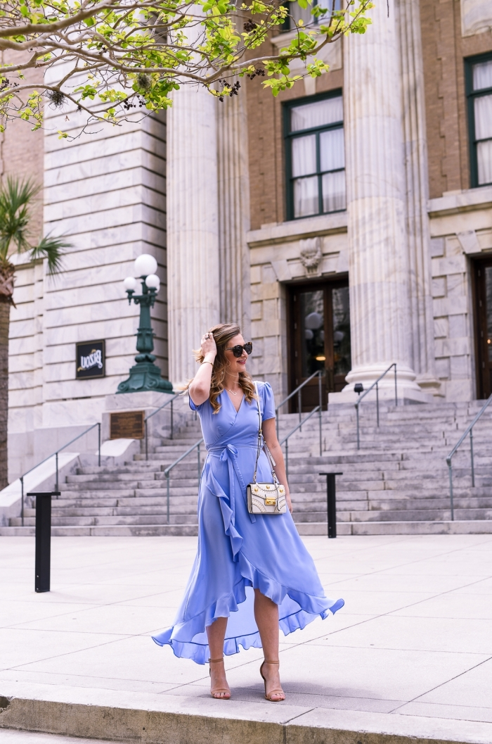 lunettes de soleil tendance idée tenue femme stylée mariage été robe de cérémonie femme chic couleur bleu pâle décolleté en v robe ceinturée volants