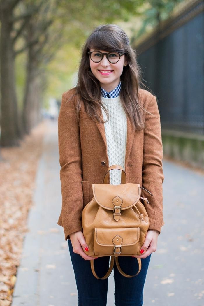 lunettes monture noire look classe femme blazer marron pull blanc chemise blanc et bleu marine col jeans foncés femme sac à dos camel