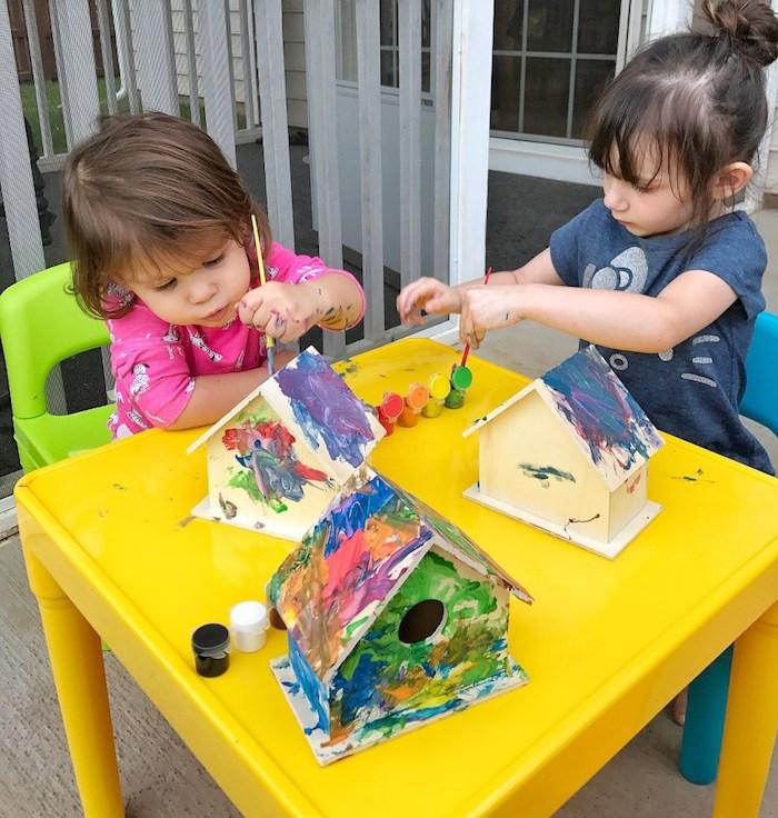 mangeoire oiseau projet activité peinture sur des maisons de bois avec de la peinture acrylique de couleurs variées art abstrait occupation bricolage enfant été