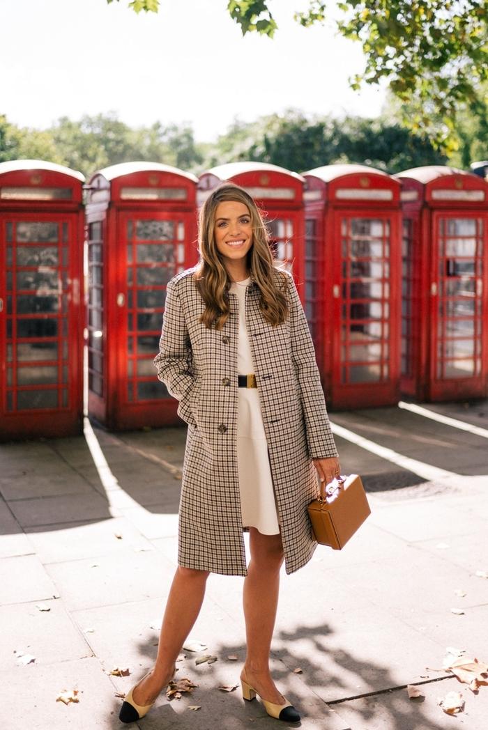 manteau long blanc et noir motifs carreaux robe blanche ceinture dorée idée tenue soirée simple sac à main beige chaussures