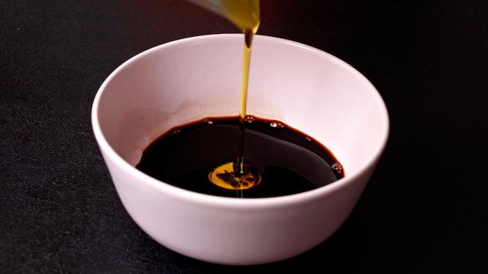 mélanger vinaigre de balsamique avec huile d olive dans un petit bol salades composées originales entrées froides idée vinaigrette maison simple