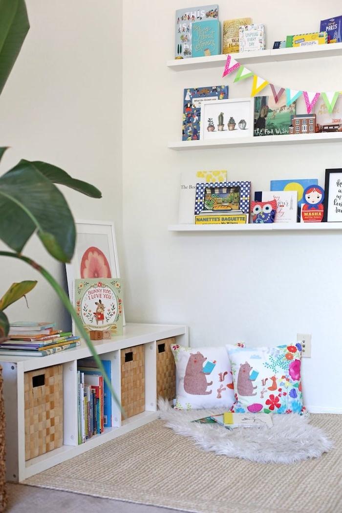 meuble bas bibliotheque blanche coin lecture cosy par sol coussin enfant coloré étagère bibliothèque