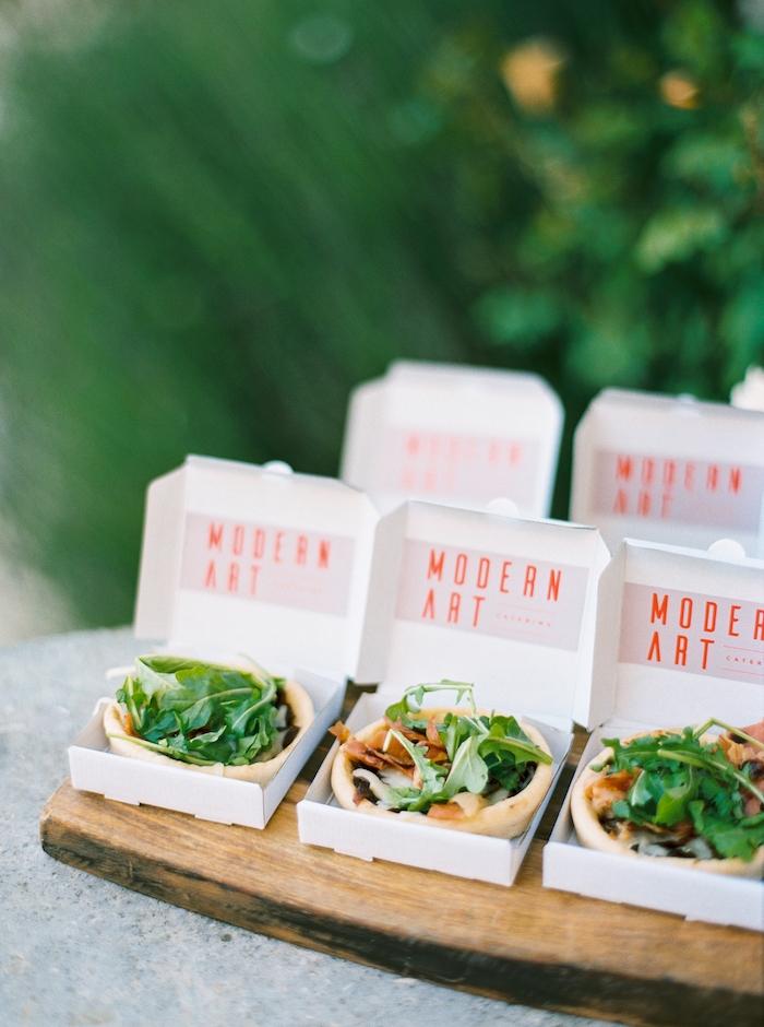 mini quiches à la roquette dans des boites de carton individuelles idée=repas convivial entre amis buffet froid