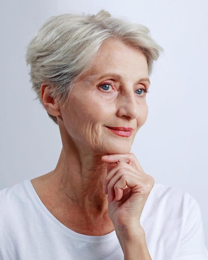 modèle coupe courte femme avec mèche de coté et volume sur dessus idee coupe classique cheveux gris femme